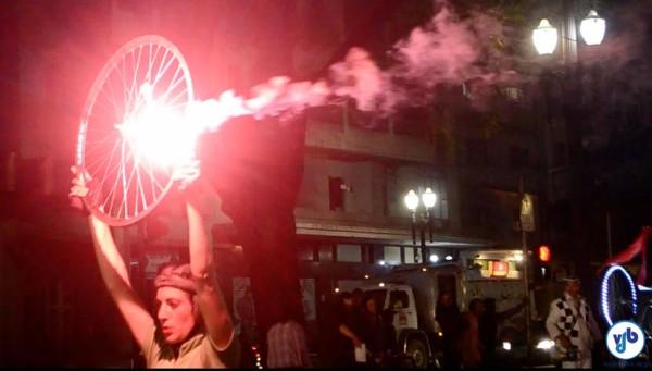 """O espetáculo de rua """"Jamais 203"""" é um tributo à bicicleta com luzes, música, pirotecnia e a mistura de teatro, dança e vídeo. Foto: Rachel Schein"""
