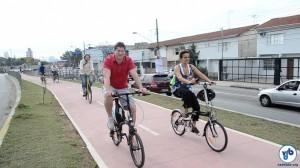 O secretário de Transportes da cidade, Jilmar Tatto, pedala na Ciclovia Pirajussara ao lado de Suzana Nogueira, da CET. Logo atrás, Daniel Guth, da Ciclocidade. Foto: Rachel Schein