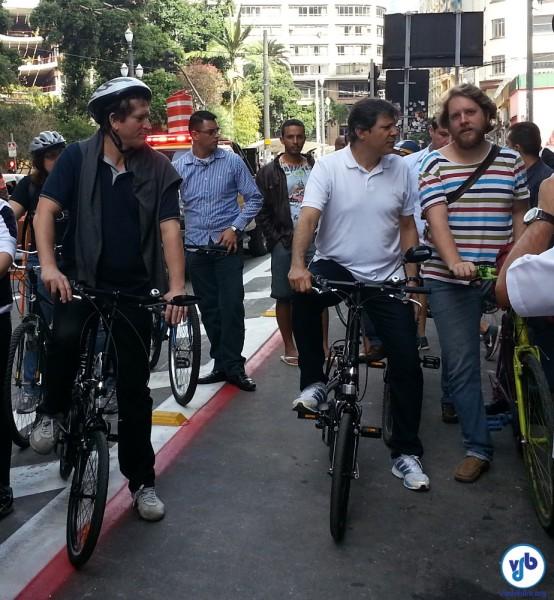 O secretário de Transportes Jilmar Tatto (esq) e o prefeito Fernando Haddad (de branco) pedalaram para experimentar o projeto piloto das novas ciclovias paulistanas. Foto: Willian Cruz