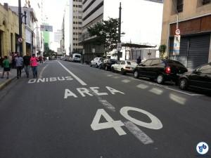 Área 40, comum em algumas ruas do centro, tem por objetivo aumentar a segurança dos mais vulneráveis nas ruas: pedestres e ciclistas. Foto: Willian Cruz