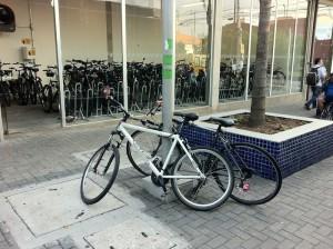 """Bicicletário superlotado faz com que ciclistas """"guardem"""" suas bicicletas do lado de fora da estrutura segura. Foto: Daniel Guth"""