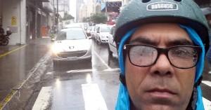 O vereador Police Neto, se deslocando de bicicleta para o expediente na Câmara em um dia de chuva na capital paulista. Foto: Facebook/Reprodução