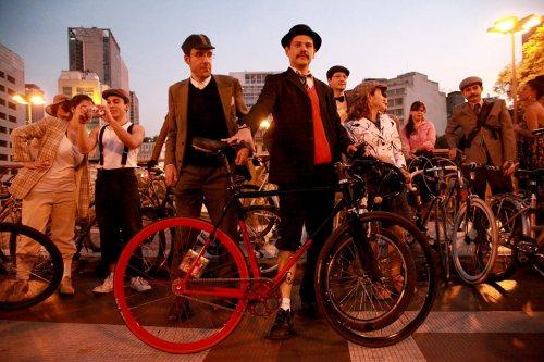 A Tweed Ride faz uma divertida volta no tempo, trazendo de volta o charme do início do século XX. Foto: Laura Sobenes