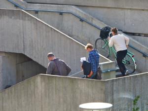 Antes da ciclovia suspensa, ciclistas tinham que carregar bicicleta pelas escadas fixas. Foto: Sandra Hoj