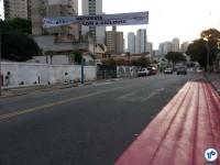 Faixa alertando aos motoristas sobre a presença de ciclistas. Ao fundo, o ponto de ônibus. Foto: Willian Cruz
