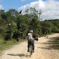 Demiz 'Peixe' acelera em direção a uma revoada de urubus, no Caminho de Zanzalá. Foto: Vivan