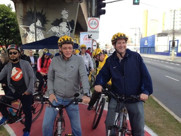Secretário Municipal de Transportes, Jilmar Tatto (direita), inaugura ciclovia e promete travessia segura de pontes. Foto: Enzo Bertolini