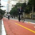 Como tem feito em todas as inaugurações de ciclovias, o secretário de Transportes Jilmar Tatto pedalou para experimentar o trajeto. Foto: Roberson Miguel