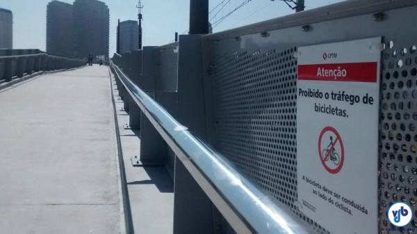 """Placa proibindo pedalar, numa estrutura que foi designada como """"ciclopassarela"""", que só pode ser utilizada por ciclistas e que leva a uma ciclovia. Foto: Instituto CicloBR"""