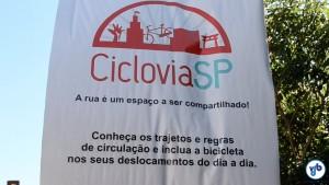 """""""A rua é um espaço a ser compartilhado"""", diz o banner. Foto: Rachel Schein"""