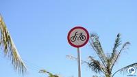 Placa sinaliza a presença de bicicletas.