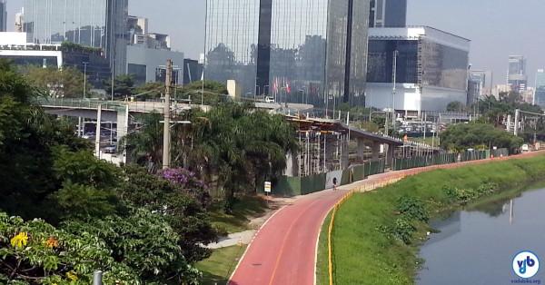 Passarela será mais um acesso à Ciclovia Rio Pinheiros, servindo como alternativa à escadaria da estação Vila Olímpia (foto das obras, em maio de 2014). Foto: Willian Cruz