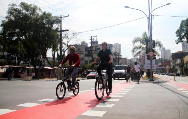 Secretário de Transportes (à direita) participou pedalando novamente. Foto: CET/Divulgação