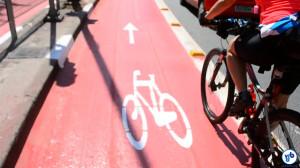Ciclista pedala na ciclovia da R. Vergueiro, a antiga motofaixa. Foto: Rachel Schein