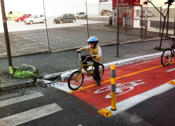 Criança pedalando em ciclovia recém inaugurada na Al. Nothmann. Foto: Claudio Kerber