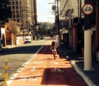Menina pedala na ciclovia da Granja Julieta, mesmo sem ter sido inaugurada. Foto: Alex Gomes