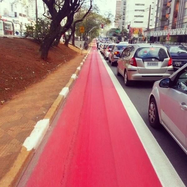 Ciclovia da Av. Vergueiro, ainda sem os tachões (19/08/14): caminho livre para as bicicletas. Foto: Drielle Alarcon