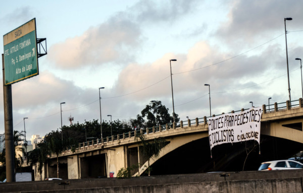 """Cicloativistas colocaram uma enorme faixa da campanha """"Adote uma Ponte"""" na ponte da Freguesia do Ó, no Dia Mundial Sem Carro. Foto: Antonio Miotto"""