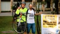 O ciclista Ricardo Bruns (esq.) foi o primeiro a chegar na prefeitura. Foto: Rachel Schein