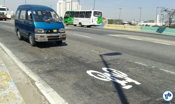 O símbolo de uma bicicleta foi pintado ao longo de toda a ponte, sugerindo o compartilhamento.
