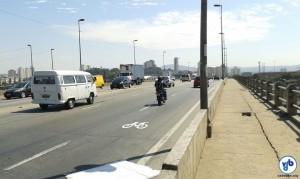 Na ponte da Freguesia do Ó, os próprios ciclistas chegaram a pintar pictogramas para indicar a presença de bicicleta na via.