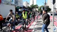 O prefeito Fernando Haddad a caminho da Prefeitura, na ciclovia da R. Vergueiro. Ao seu lado, Carlos Aranha, da Rede Nossa São Paulo. Foto: Rachel Schein