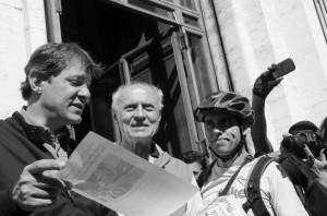 O Vá de Bike organizou um manifesto a favor da implantação de ciclovias em São Paulo, que obteve mais de 23 mil assinaturas e o apoio de outras 19 entidades e empresas. A entrega simbólica aconteceu no Dia Mundial Sem Carro de 2014, em frente à prefeitura. Foto: Antonio Miotto