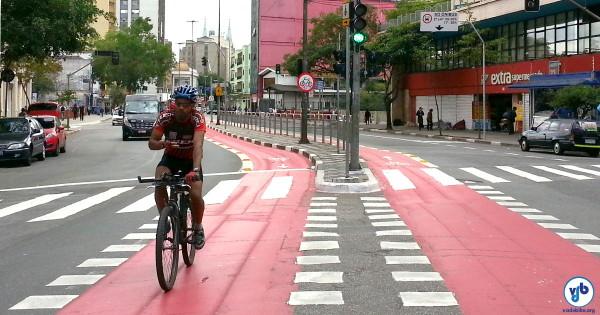 Ciclista pedala na ciclovia da Av. Liberdade, no Centro de São Paulo. Foto: Willian Cruz