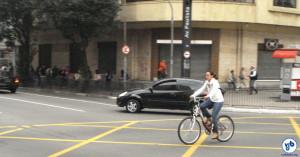 A avenida é rota conhecida dos ciclistas, que raramente optam pelas paralelas. Foto: Willian Cruz