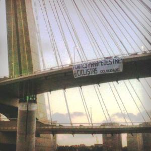 Faixa na Ponte Octávio Frias de Oliveira (Ponte Estaiada). Foto: Rachel Schein