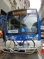 Ônibus com suporte para bicicletas em São Paulo, em testes realizados em 2010. Foto: Luis F. Gallo, via Flickr do CBNSP