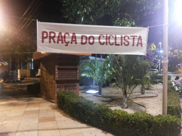 """Ciclistas """"instalaram"""" a praça diante de instituição pública reconhecida por sua postura de apoio à cultura carrocêntrica. Foto: Massa Crítica de Fortaleza"""
