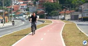 Ciclista pedala na ciclovia da Av. Eliseu de Almeida. Foto: Willian Cruz