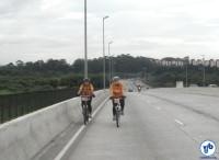 Ciclistas na Ponte Vitorino Goulart da Silva, uma das que receberão ciclovia já na primeira etapa. Foto: Willian Cruz
