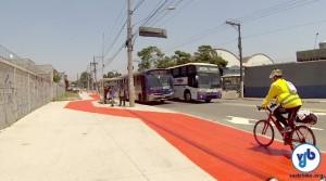 Calçadas foram alargadas na região. Nesse ponto, a ciclovia passa por trás de um ponto de ônibus. Foto: Rachel Schein