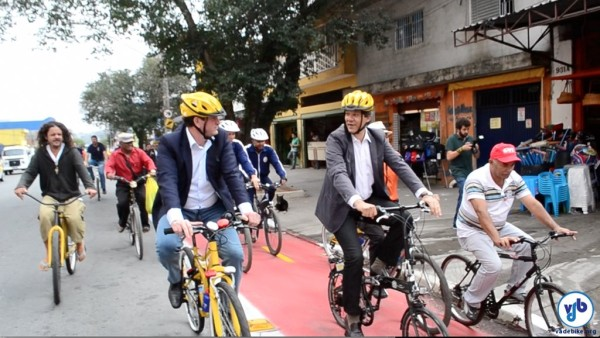 O secretário de Transportes Jilmar Tatto (de bicicleta e capacete amarelos) e o prefeito Fernando Haddad (numa dobrável) pedalaram pelas ciclovias do Jardim Helena. Foto: Rachel Schein