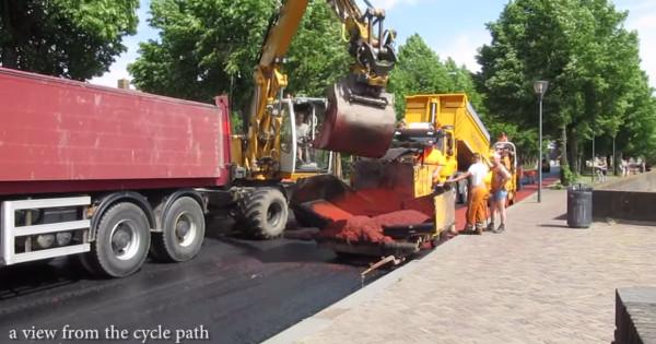 Pavimentação de ciclovia na Holanda: asfalto já vem vermelho. Imagem: BicycleDutch/Reprodução