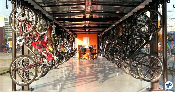 Bicicletário do Largo da Batata, em São Paulo: guarda segura, água e ferramentas à disposição do ciclista. Foto: Willian Cruz