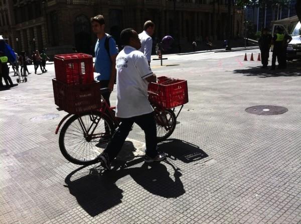 Bicicleta cargueira, usada como ferramenta de trabalho, será emprestada a usuários que vivem na periferia da capital baiana. Na imagem, bike cargueira sendo usada no centro da capital paulista. Foto: Sabrina Duran