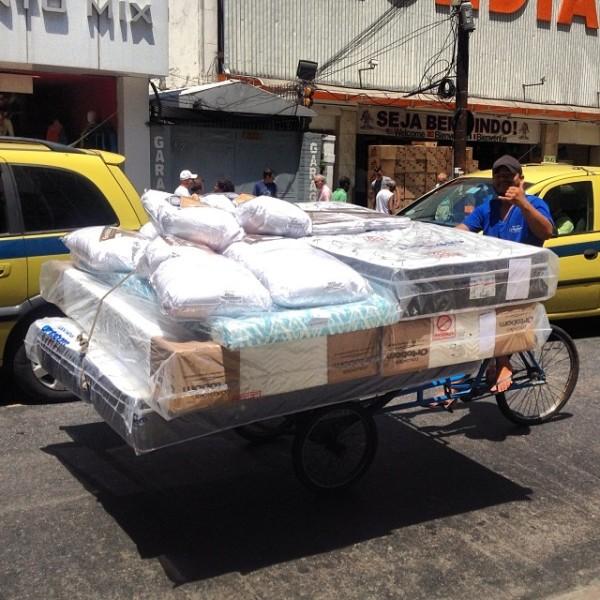 Em Copacabana, cargueiras levam até colchões - e vários de uma vez! Foto: Zé Lobo/Transporte Ativo