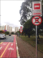 Sinalização em ciclovia de São Paulo: ciclista deve aguardar o ônibus sair para prosseguir, enquanto o motorista deve zelar pelos ciclistas. Foto: Emerson Violin