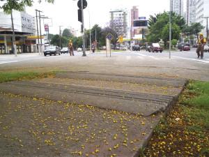 """Até 2012, a ciclovia da Av. Sumaré tinha """"sonorizadores"""" nos cruzamentos, uma estrutura que só faz sentido para automóveis e danificava as rodas de algumas bicicletas. Foto: Thiago Benicchio"""