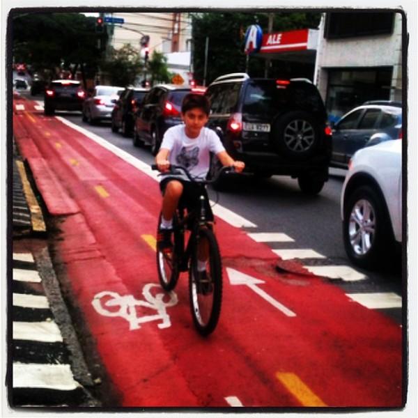 Criança na ciclovia da rua Artur de Azevedo, no bairro de Pinheiros, zona oeste de São Paulo. Foto: Rachel Schein