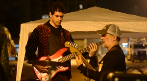 Daniel Scandurra, filho de Edgard e Taciana, toca baixo no show no Largo da Batata. Foto: Rachel Schein