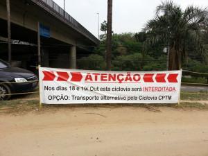 Faixas avisam sobre a interdição da ciclovia. Esta, na altura da Ponte João Dias. Foto: Willian Cruz
