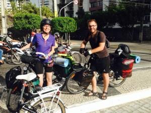A polonesa Kasia e o espanhol Ruben ao passar por Fortaleza/CE, em sua viagem pela América do Sul. Foto: Claudio Henrique Santos