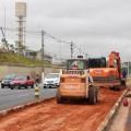 Máquinas pesadas foram necessárias para as alterações no canteiro central da Av. Eliseu de Almeida. Foto: Mauricio Martins