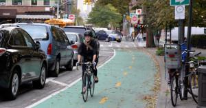Ciclista pedala em ciclovia de Nova York. Foto: NYC-DOT/Divulgação