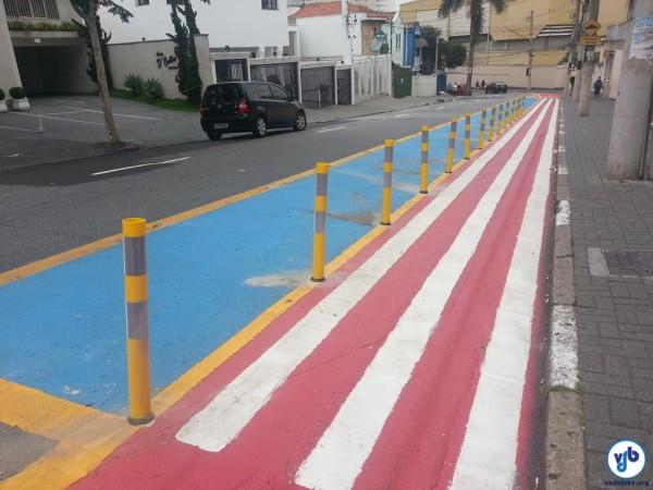 Alguns dias depois foram incluídos balizadores, separando fisicamente as áreas das bicicletas e dos pedestres. Foto: Willian Cruz