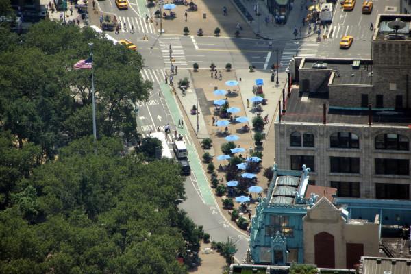 Reformulação de ruas em Nova Iorque incluiu mais espaço para pedestres e ciclistas, e redução de velocidade para automóveis. (Imagem: Loozrboy, Creative Commons)